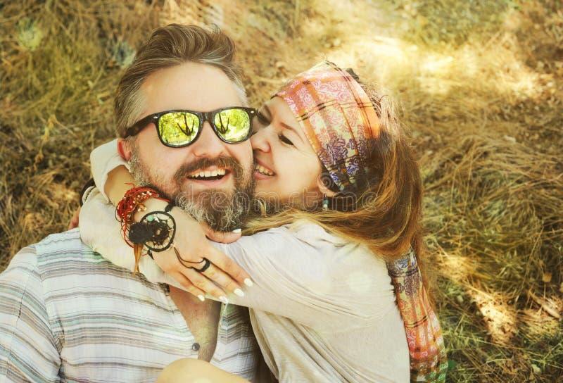 Το χαμογελώντας ζεύγος ανεξάρτητη δισκογραφική εταιρία ύφους, γυναίκα που αγκαλιάζει τον άνδρα, hipster εξοπλίζει, boho κομψό στοκ εικόνες με δικαίωμα ελεύθερης χρήσης