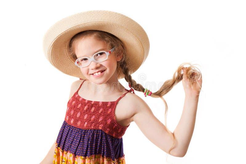 Το χαμογελώντας κορίτσι στο καπέλο αχύρου στοκ εικόνες με δικαίωμα ελεύθερης χρήσης