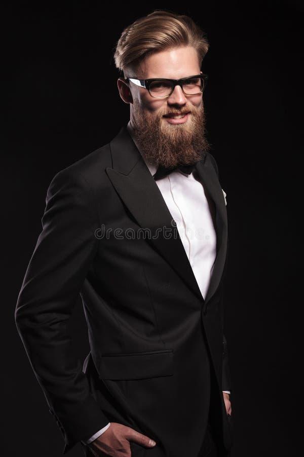 Το χαμογελώντας ξανθό επιχειρησιακό άτομο που κρατά δικών του παραδίδει τις τσέπες στοκ φωτογραφίες