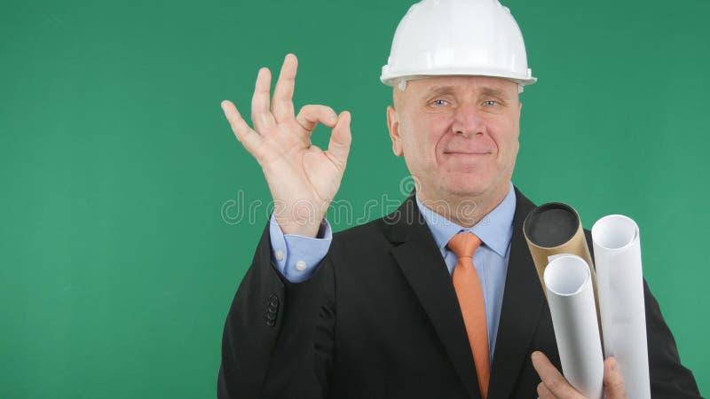Το χαμόγελο μηχανικών και κάνει τις ΕΝΤΑΞΕΙ χειρονομίες χεριών το καλό σημάδι εργασίας στοκ φωτογραφία με δικαίωμα ελεύθερης χρήσης