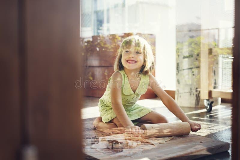 Το χαμόγελο μικρών κοριτσιών ψήνει την έννοια μπισκότων στοκ εικόνες με δικαίωμα ελεύθερης χρήσης