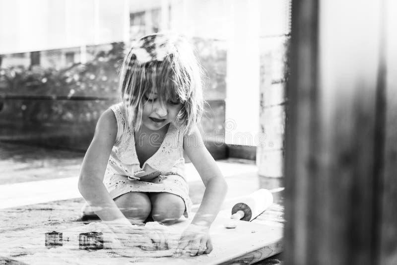Το χαμόγελο μικρών κοριτσιών ψήνει την έννοια μπισκότων στοκ φωτογραφίες με δικαίωμα ελεύθερης χρήσης