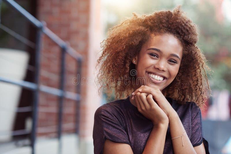 Το χαμόγελό της λαμπρύνει επάνω την πόλη στοκ φωτογραφίες με δικαίωμα ελεύθερης χρήσης