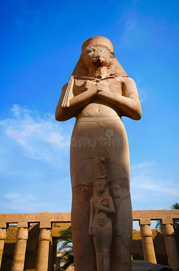 Το χαρασμένο είδωλο Ramses δεύτερος, ενσωμάτωσε τον κίτρινο ασβεστόλιθο, που τοποθετήθηκε στο ναό Karnak σύνθετο στοκ εικόνα