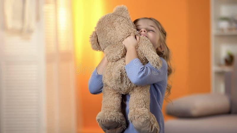 Το χαριτωμένο αγκάλιασμα μικρών κοριτσιών teddy αντέχει, αγαπημένο παιχνίδι, ευτυχής παιδική ηλικία, καλύτερα παρόν στοκ φωτογραφία με δικαίωμα ελεύθερης χρήσης