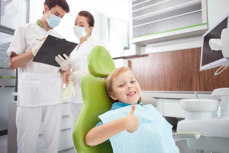 Το χαριτωμένο αγόρι επισκέπτεται τον οδοντικό γιατρό στοκ φωτογραφία με δικαίωμα ελεύθερης χρήσης
