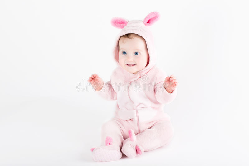 Το χαριτωμένο αστείο μωρό έντυσε ως λαγουδάκι Πάσχας στοκ φωτογραφία