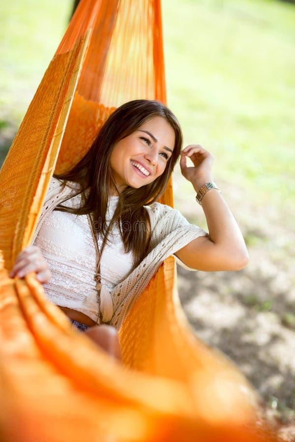 Το χαριτωμένο κορίτσι απολαμβάνει στην αιώρα στοκ φωτογραφίες