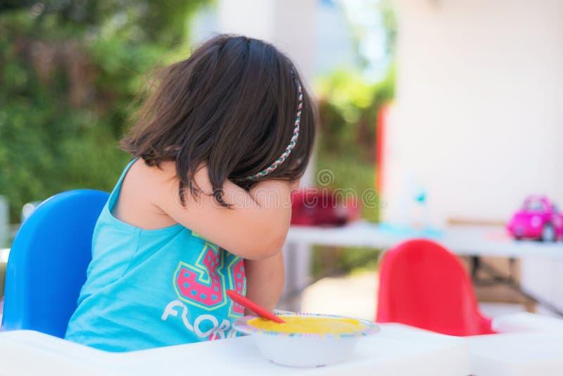 Το χαριτωμένο κορίτσι αρνείται να φάει στοκ εικόνα