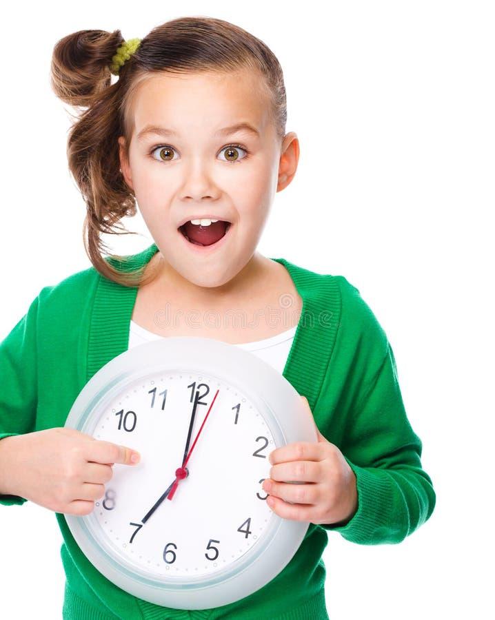 Το χαριτωμένο κορίτσι κρατά το μεγάλο ρολόι στοκ φωτογραφία με δικαίωμα ελεύθερης χρήσης