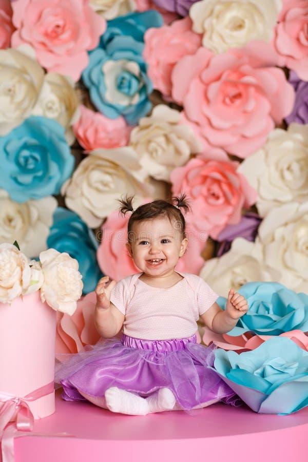 Το χαριτωμένο μικρό κορίτσι γιορτάζει τα πρώτα γενέθλιά της στοκ φωτογραφίες