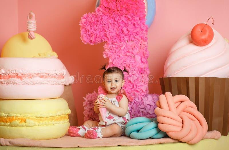Το χαριτωμένο μικρό κορίτσι γιορτάζει τα πρώτα γενέθλιά της στοκ εικόνα