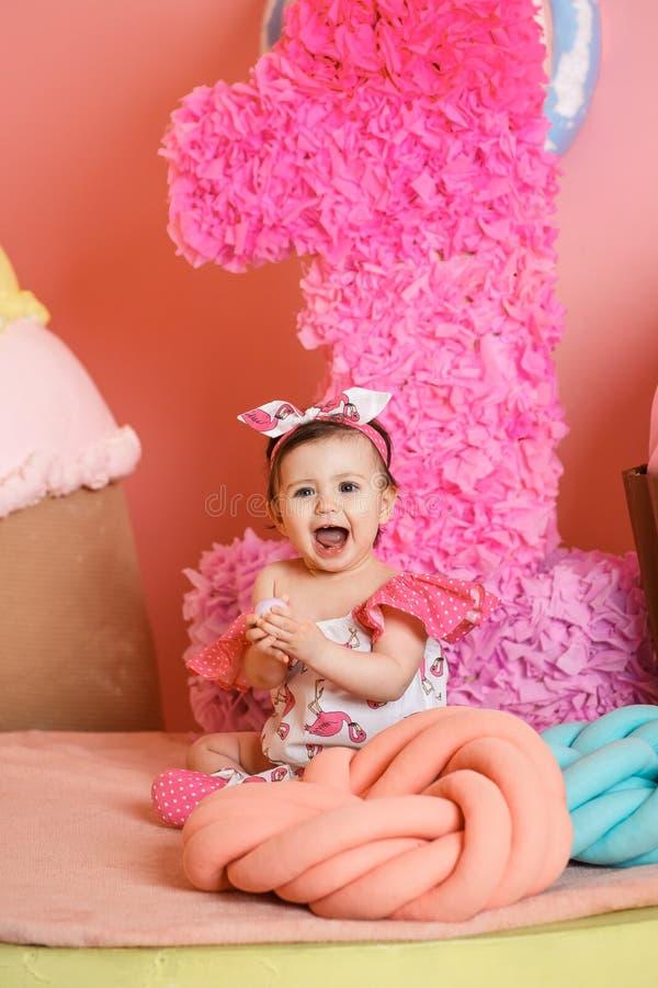 Το χαριτωμένο μικρό κορίτσι γιορτάζει τα πρώτα γενέθλιά της στοκ φωτογραφία