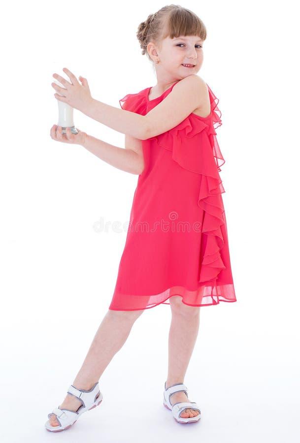 Το χαριτωμένο μικρό κορίτσι κρατά το μεγάλο ποτήρι του γάλακτος στοκ φωτογραφία με δικαίωμα ελεύθερης χρήσης