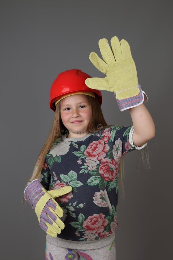 Το χαριτωμένο μικρό κορίτσι παρουσιάζει οικοδόμο στοκ εικόνα