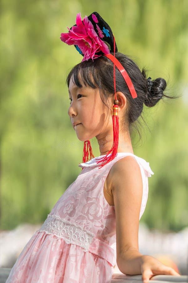 Το χαριτωμένο νέο κινεζικό κορίτσι θέτει για μια φωτογραφία, Πεκίνο, Κίνα στοκ εικόνες με δικαίωμα ελεύθερης χρήσης