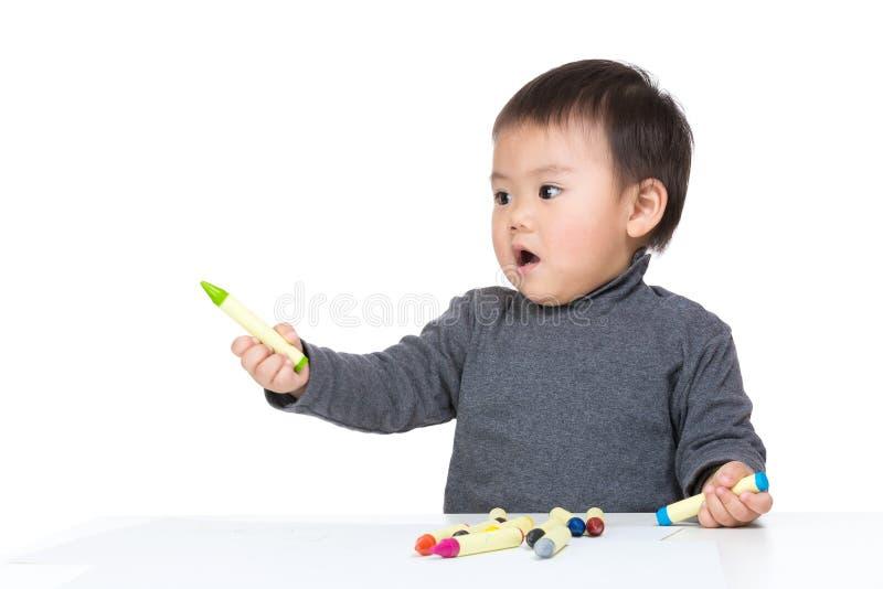Το χαριτωμένο παιδί σύρει με το κραγιόνι χρώματος στοκ φωτογραφία με δικαίωμα ελεύθερης χρήσης