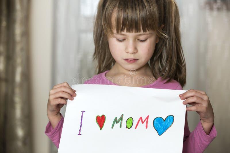 Το χαριτωμένο φύλλο πνεύματος κοριτσιών παιδιών του εγγράφου με τα ζωηρόχρωμα κραγιόνια χρωμάτισε τις λέξεις Ι αγάπη Mom Αισθητικ στοκ εικόνες