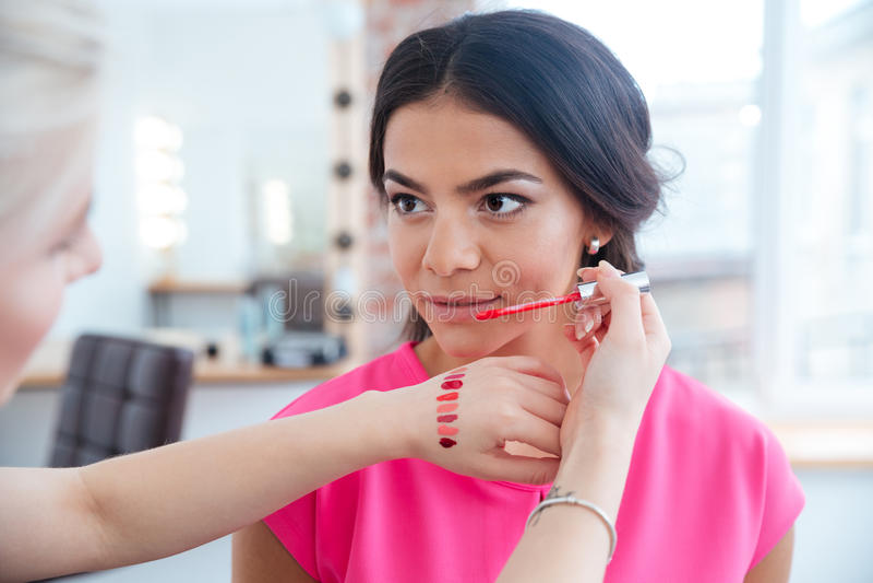 Το χείλι δοκιμής καλλιτεχνών Makeup σχολιάζει και επιλογή του χρώματος για τη γυναίκα στοκ φωτογραφίες με δικαίωμα ελεύθερης χρήσης