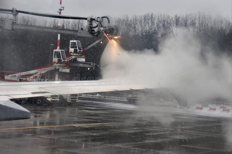 Το χειμερινό ταξίδι διακινδυνεύει την αποπάγωση των αεροπλάνων στοκ φωτογραφία με δικαίωμα ελεύθερης χρήσης