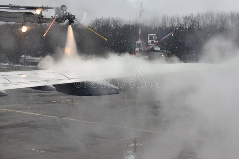 Το χειμερινό ταξίδι διακινδυνεύει την αποπάγωση των αεροπλάνων στοκ εικόνες