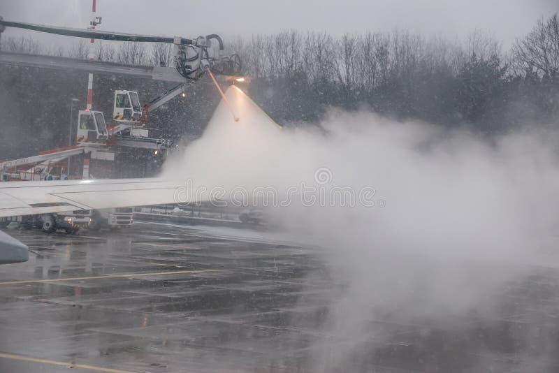 Το χειμερινό ταξίδι διακινδυνεύει την αποπάγωση των αεροπλάνων στοκ φωτογραφίες με δικαίωμα ελεύθερης χρήσης