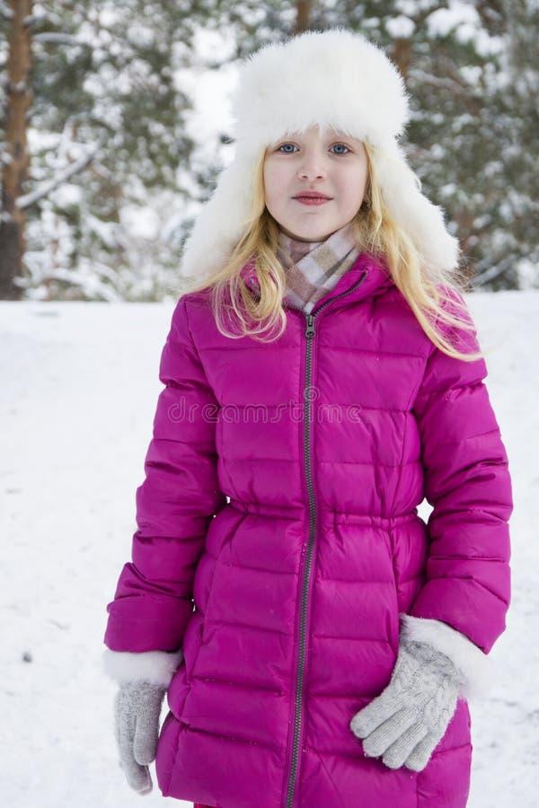 Το χειμώνα, το χιονισμένο δάσος πεύκων παίζει έναν όμορφο λίγο gir στοκ φωτογραφίες με δικαίωμα ελεύθερης χρήσης