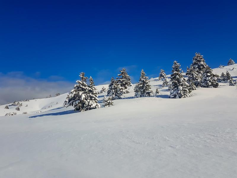 Το χιονοδρομικό κέντρο Καλαβρίτα στην Ελλάδα κατά τη διάρκεια του χειμώνα, ημέρα ηλιοφάνειας Διάσημος τουριστικός χειμερινός προο στοκ εικόνα