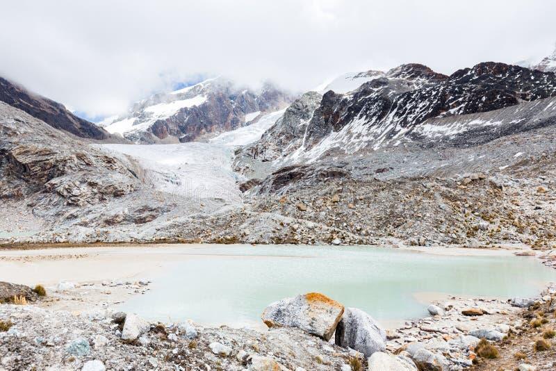 Το χιόνι πάγου βουνών λιμνών παγετώνων οξύνει τους απότομους βράχους, Βολιβία στοκ εικόνα με δικαίωμα ελεύθερης χρήσης