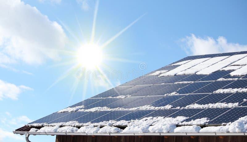 Το χιόνι το φωτοβολταϊκό σύστημα στοκ εικόνες