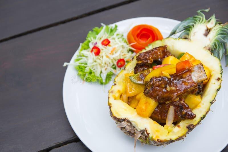 Το χοιρινό κρέας σχίζει ψημένος με τον ανανά στοκ φωτογραφία