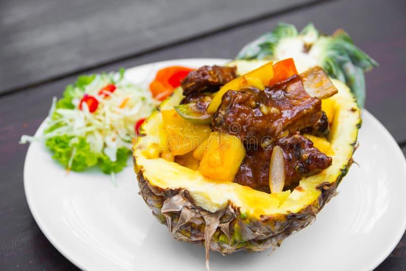 Το χοιρινό κρέας σχίζει ψημένος με τον ανανά στοκ φωτογραφίες με δικαίωμα ελεύθερης χρήσης