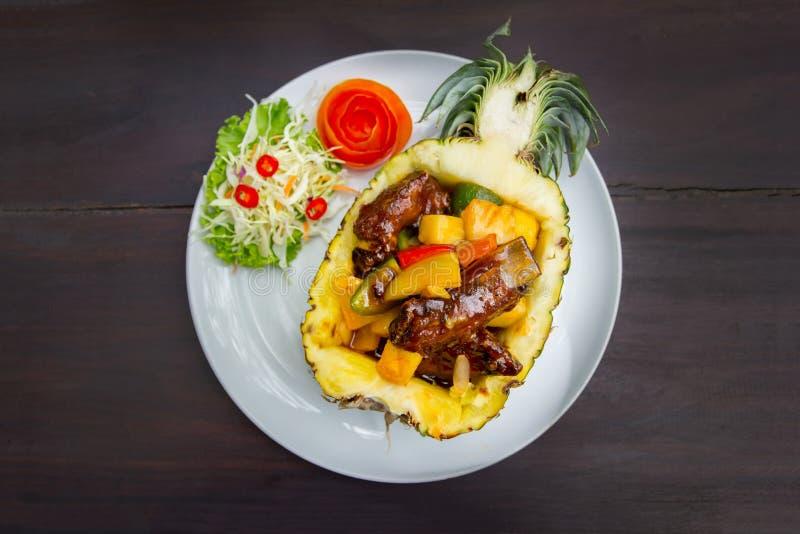 Το χοιρινό κρέας σχίζει ψημένος με τον ανανά στοκ φωτογραφία με δικαίωμα ελεύθερης χρήσης