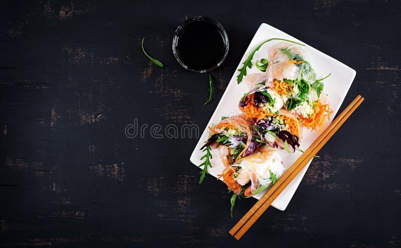 Το χορτοφάγο βιετναμέζικο ελατήριο κυλά με τις πικάντικες γαρίδες, γαρίδες, καρότο, αγγούρι στοκ φωτογραφία