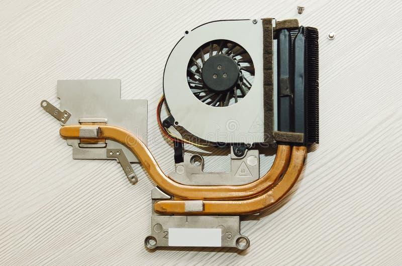 Το χρησιμοποιημένο σύστημα ψύξης για ένα lap-top Κινηματογράφηση σε πρώτο πλάνο, άποψη άνωθεν στοκ εικόνες