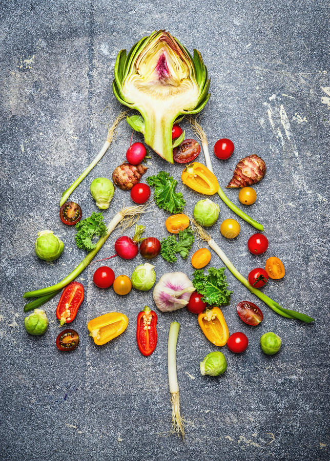 Το χριστουγεννιάτικο δέντρο έκανε †‹â€ ‹των φρέσκων λαχανικών στην γκρίζα αγροτική ΤΣΕ στοκ εικόνες