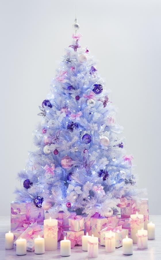 Το χριστουγεννιάτικο δέντρο παρουσιάζει, διακοσμημένα μπλε δώρα χριστουγεννιάτικων δέντρων ελεύθερη απεικόνιση δικαιώματος