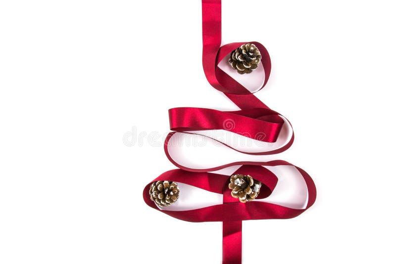 Το χριστουγεννιάτικο δέντρο έκανε από τις χειμερινές διακοσμήσεις κορδελλών στο άσπρο υπόβαθρο με το κενό διάστημα αντιγράφων για στοκ φωτογραφία με δικαίωμα ελεύθερης χρήσης