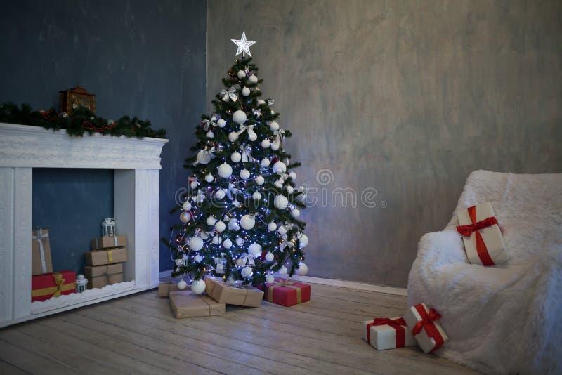 Το χριστουγεννιάτικο δέντρο με παρουσιάζει, νέο έτος 2018 2019 φω'των γιρλαντών στοκ φωτογραφία με δικαίωμα ελεύθερης χρήσης