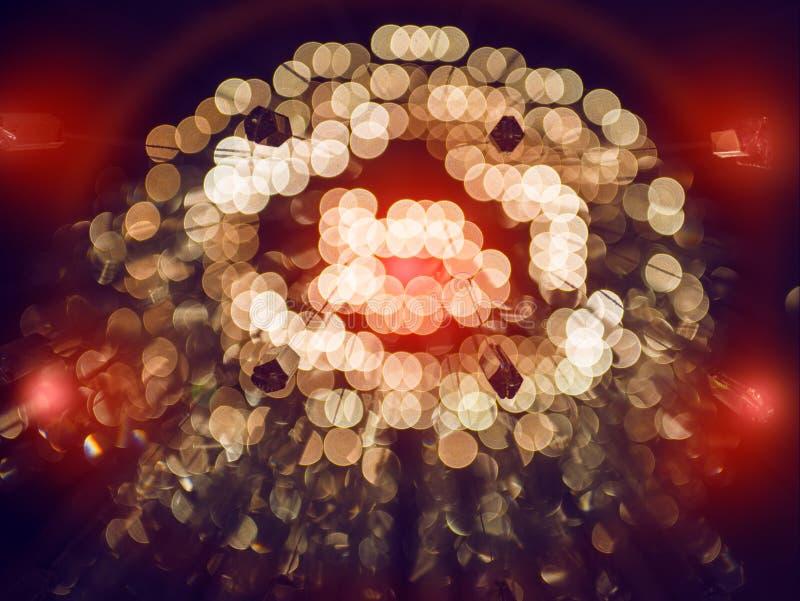 Το χρυσό αφηρημένο υπόβαθρο με το bokeh τα φω'τα και οι κόκκινες λάμψεις στοκ φωτογραφία με δικαίωμα ελεύθερης χρήσης