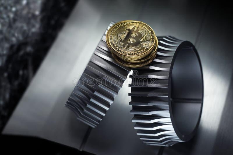 Το χρυσό νόμισμα Bitcoin βρίσκεται gearwheel στοκ εικόνες