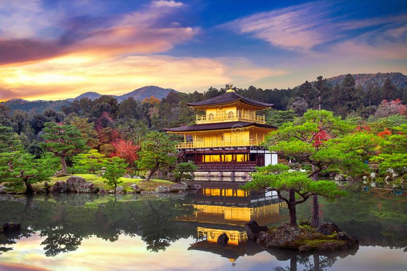 Το χρυσό περίπτερο ναός του Κιότο kinkakuji της Ιαπω&nu στοκ εικόνες