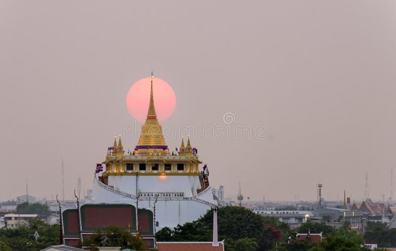 Το χρυσό υποστήριγμα σε Wat Saket, ορόσημο ταξιδιού της Μπανγκόκ THAILA στοκ φωτογραφία