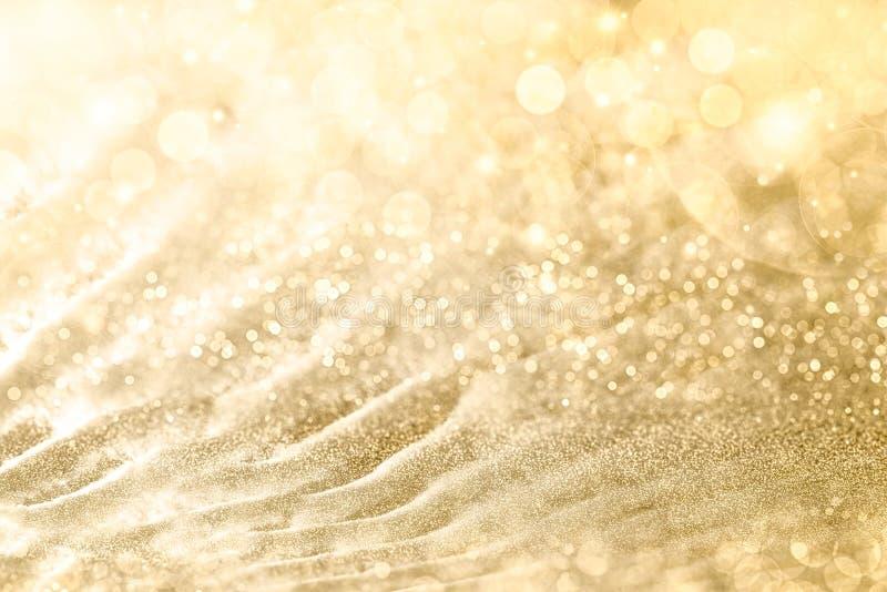 Το χρυσό υπόβαθρο Χριστουγέννων με το σπινθήρισμα και την αστραπή bokeh από τα φω'τα κομμάτων και χρυσός ακτινοβολεί, πλήρες πλαί στοκ φωτογραφία με δικαίωμα ελεύθερης χρήσης