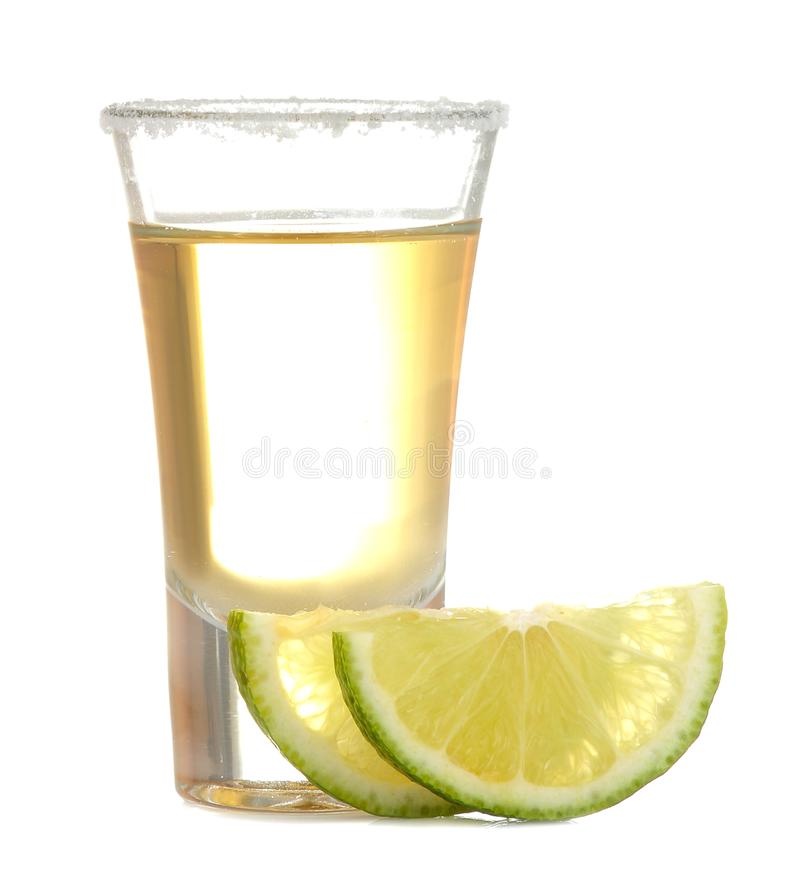 Το χρυσό tequila σε ένα γυαλί με το άλας και ο ασβέστης σε ένα λευκό απομόνωσαν το υπόβαθρο οινοπνευματώδη ποτά E στοκ φωτογραφία με δικαίωμα ελεύθερης χρήσης