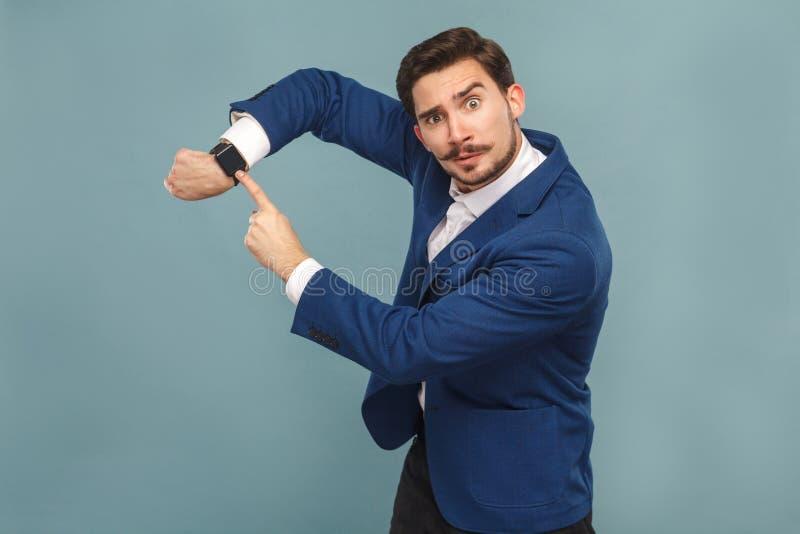 Το χρόνο πηγαίνουν! Κύριο παρουσιάζοντας ρολόι κακός διευθυντής στοκ φωτογραφίες με δικαίωμα ελεύθερης χρήσης