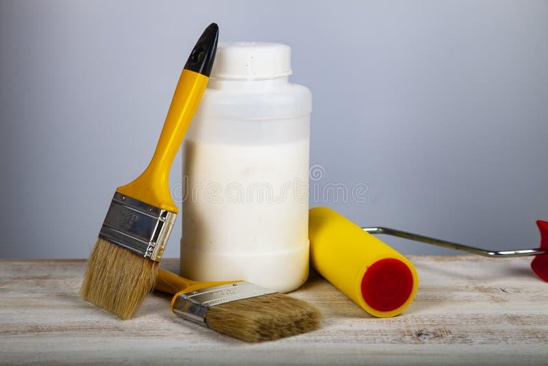 Το χρώμα μπορεί, κύλινδρος και βούρτσα στον πίνακα στοκ εικόνα με δικαίωμα ελεύθερης χρήσης