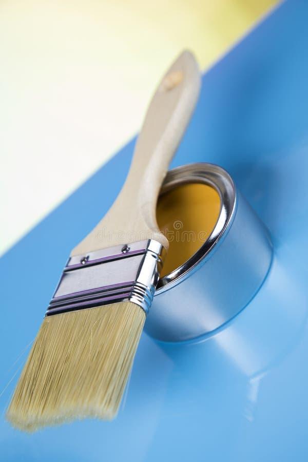 Το χρώμα μπορεί με ένα πινέλο στοκ εικόνα