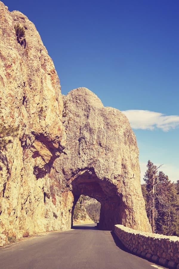 Το χρώμα τόνισε τη φυσική σήραγγα βράχου στη νότια Ντακότα, ΗΠΑ στοκ φωτογραφία