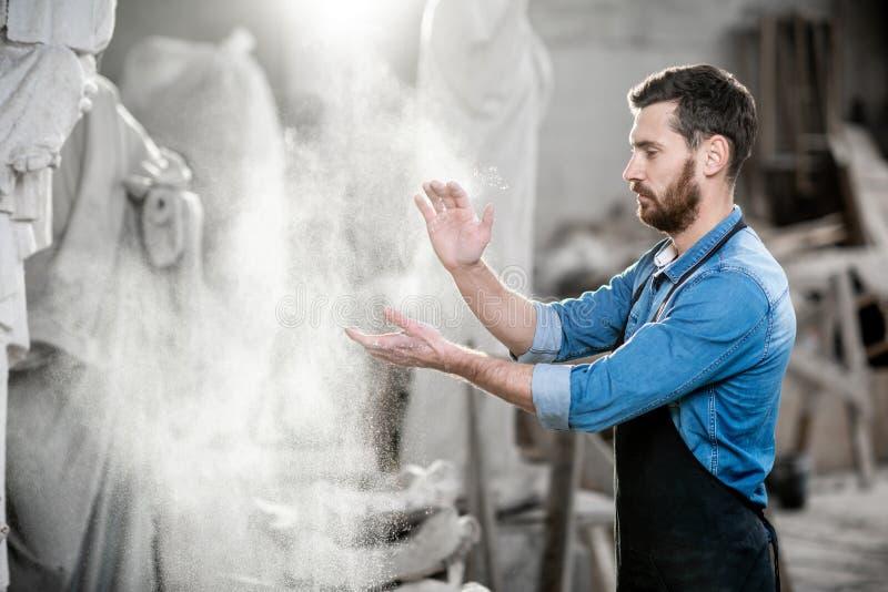 Το χτύπημα γλυπτών παραδίδει το στούντιο στοκ φωτογραφία με δικαίωμα ελεύθερης χρήσης